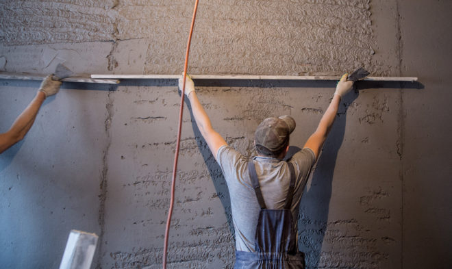 Что сначала — обои или натяжной потолок