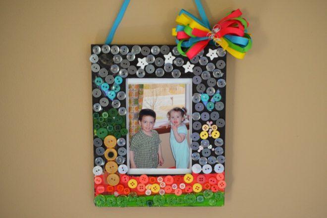 рамка для фотографий, украшенная старыми пуговицами