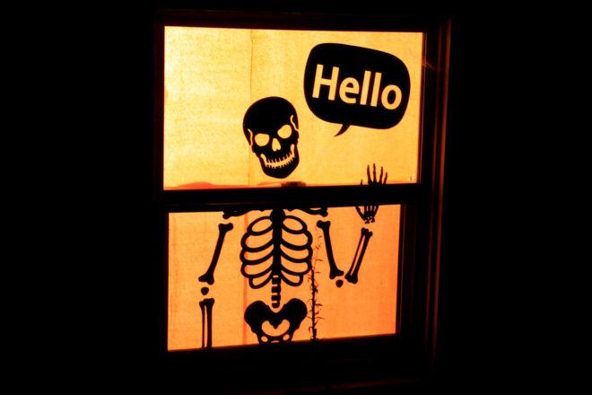 Изображение скелета в оформлении окна на Хэллоуин