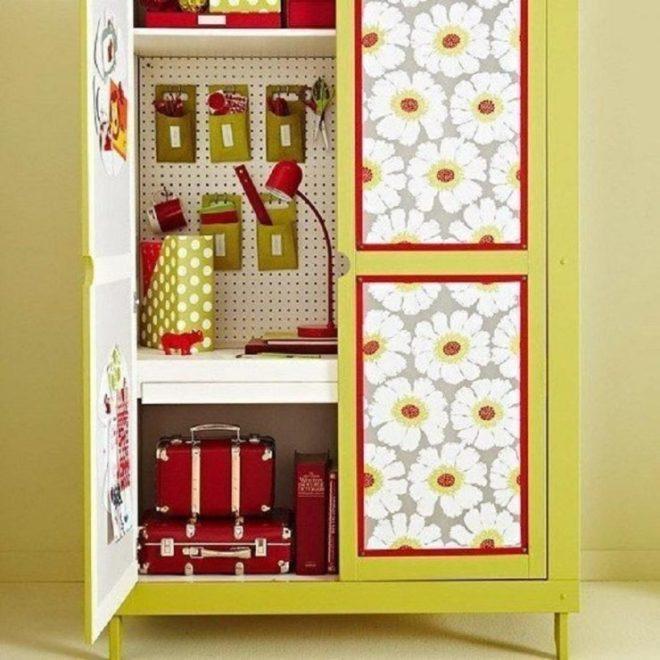 Потрёпанный книжный стеллаж или шкаф, оклеенный оставшимися после ремонта обоями
