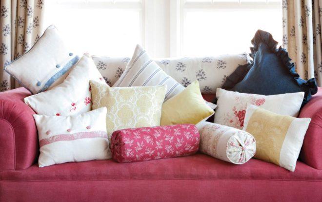 Лиловый диван с подушками