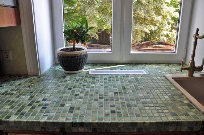 Отделанный мозаикой подоконник
