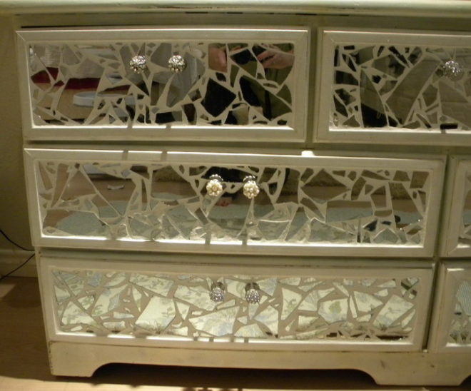 Декорирование комода при помощи старого зеркала
