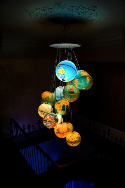 Светильник из глобусов