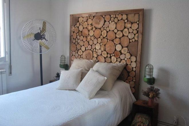 украшение стены над кроватью деревом своими руками