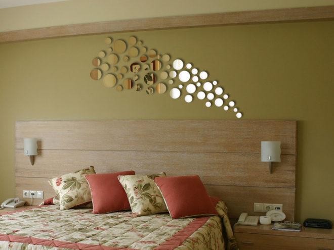 как украсить стену над кроватью с помощью зеркал