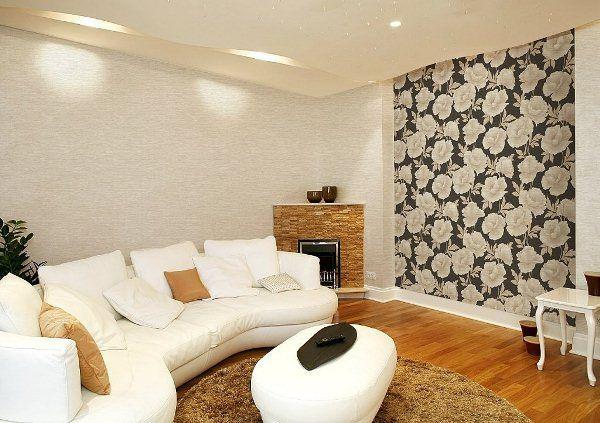 Интерьер с акцентной стеной с ярким цветочным рисунком