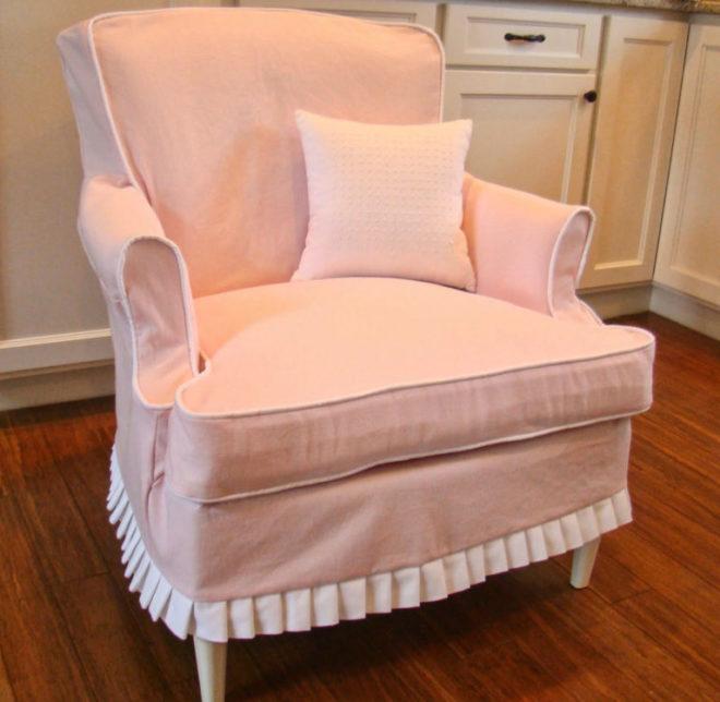 Старое кресло в новым чехлом