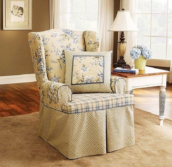 Старое кресло в современном интерьере