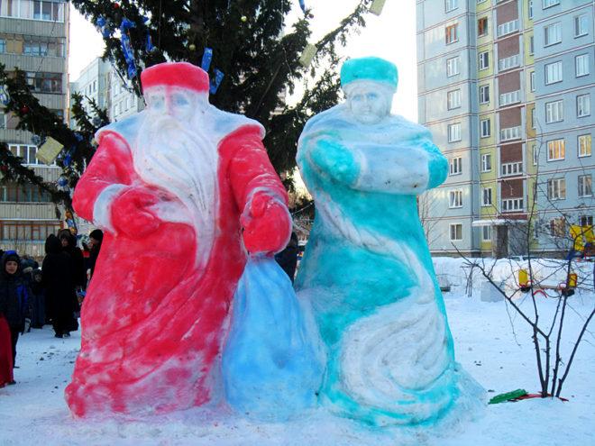 Снежные фигуры Деда Мороза и Снегурочки