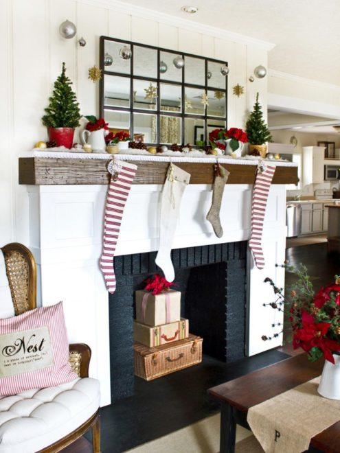 Простой и яркий декор из новогодних носочков, еловых веток и шишек