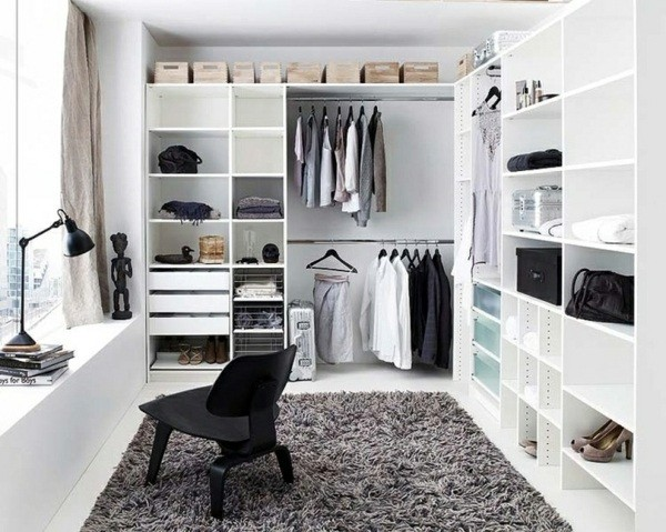 Угловое расположение гардеробной комнаты