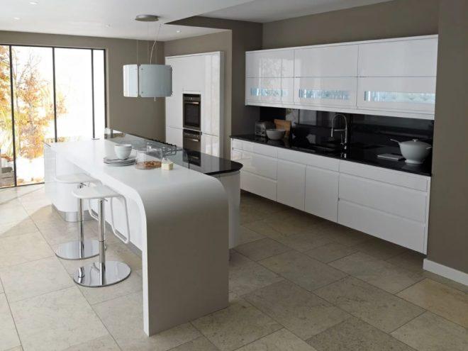 Дизайн кухни в белом цвете с островом
