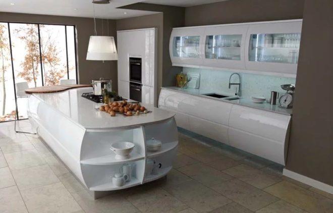 Дизайн кухни в белом цвете с глянцевыми покрытиями