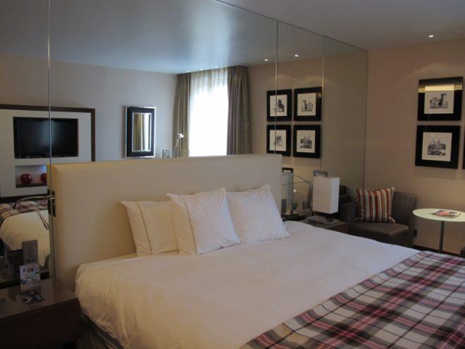 Дизайн узкой спальни с зеркалом