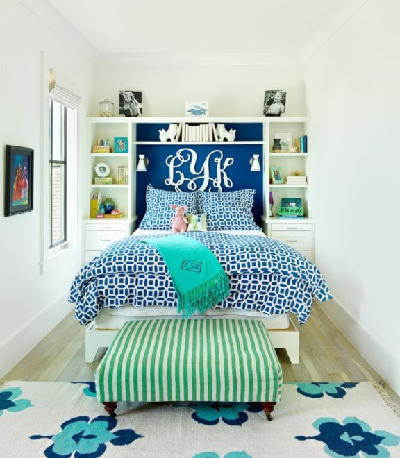 Дизайн узкой спальни с яркими акцентами