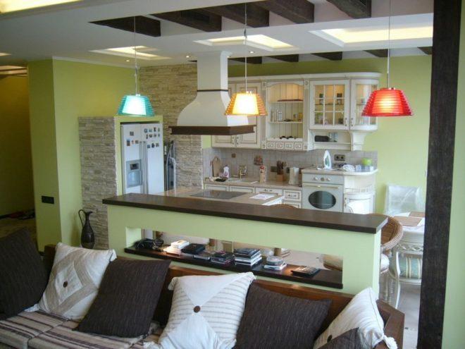 Барная стойка делит пространство кухни и гостиной