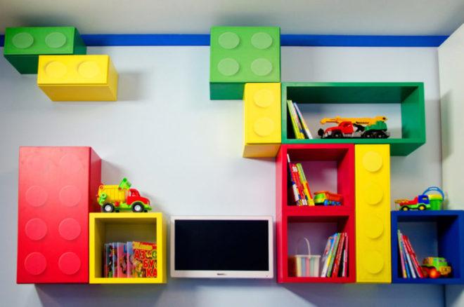 Разноцветные полки в детской
