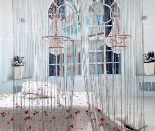Светлые нитяные шторы в спальне