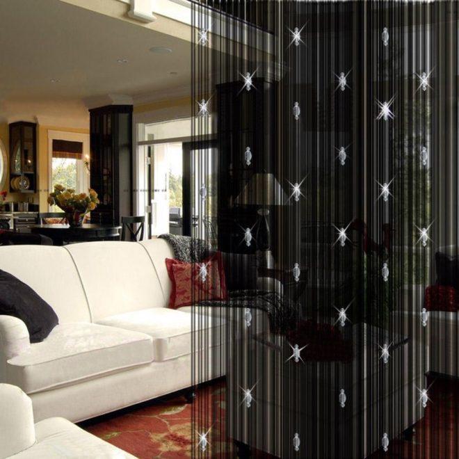 Чёрные нитевые шторы с декоративными элементами