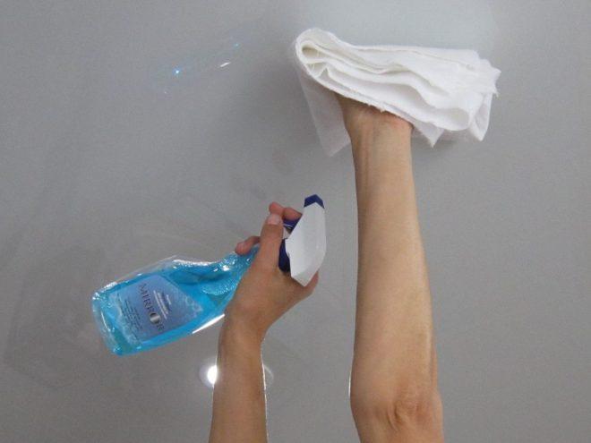 Мытьё потолка средством для стёкол