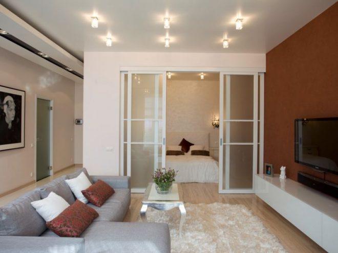 Спальня в гостиной за стеклянными перегородками