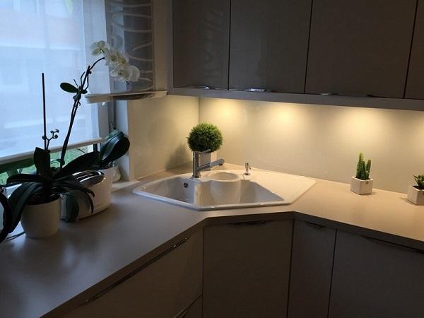 Угловая мойка на кухне и цветы