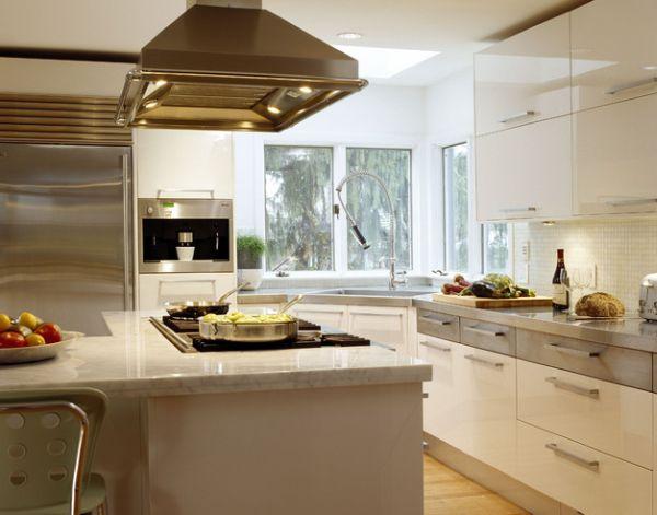 Бело-серая угловая кухня с раковиной в углу