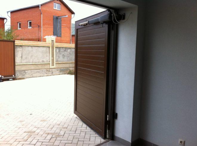 Распашные ворота гаража