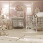 Бледно-розовая детская с мебелью цвета слоновой кости