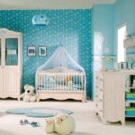 Детская для мальчика с бирюзовыми обоями и белой мебелью