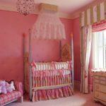 Розовая детская для девочки с золотистыми акцентами