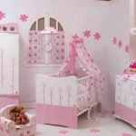 Бледно-сиреневая детская с розовыми акцентами на мебели