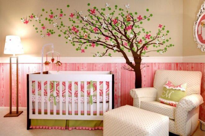 Цветущее дерево на стене детской