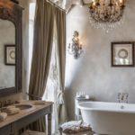 Ванная комната с люстрой
