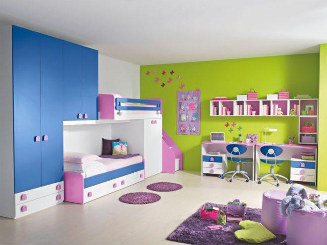 Зеленая стена в комнате для двух девочек