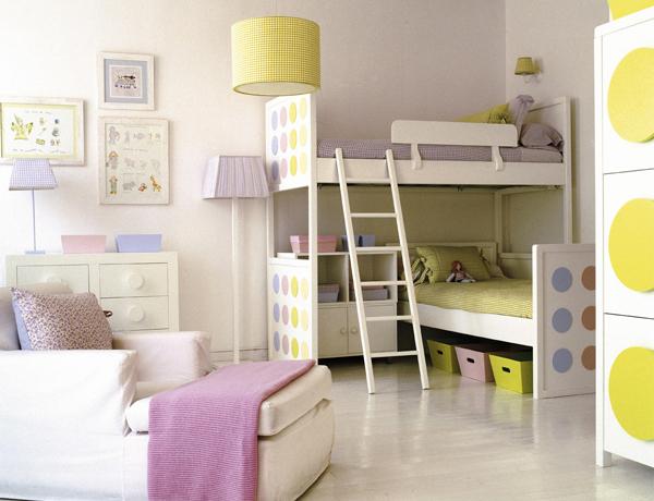 Просторная комната с двухъярусной кроватью