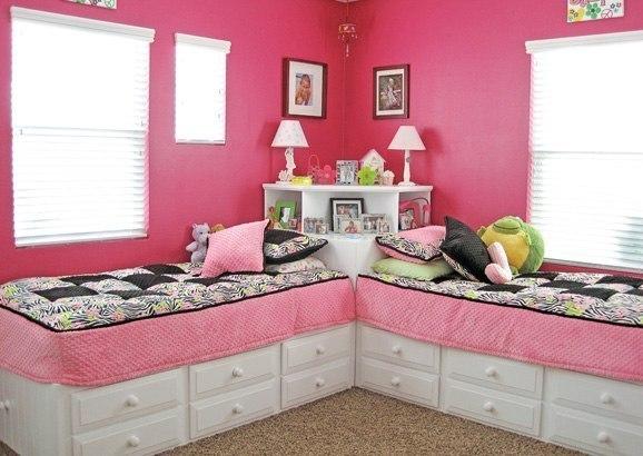 Розовая комната с двумя кроватями