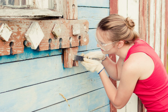 Зачистка деревянного фасада перед покраской