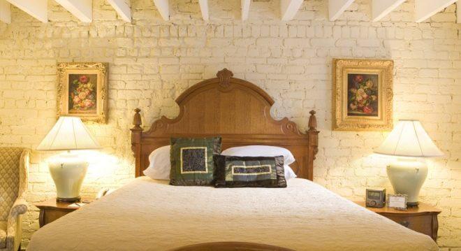 Кирпичная стена для спальни в стиле прованс
