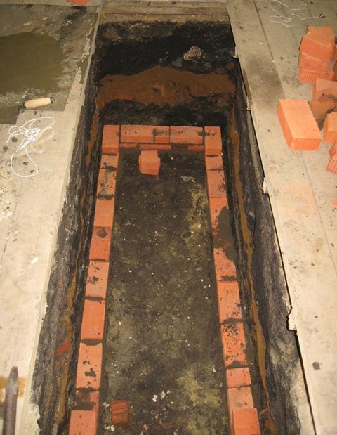 Кладка первого ряда стен ямы