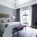 Серый фон в интерьере неоклассической спальни