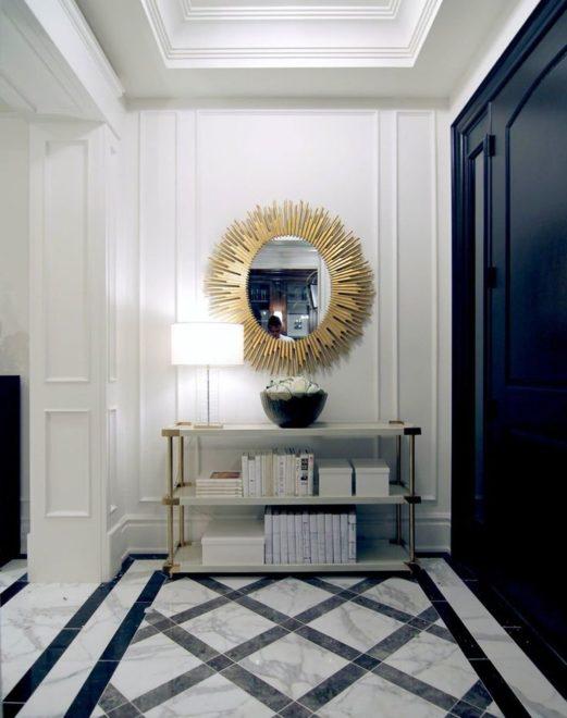 Коридор в стиле неоклассика с использованием контрастных холодных оттенков и мрамора