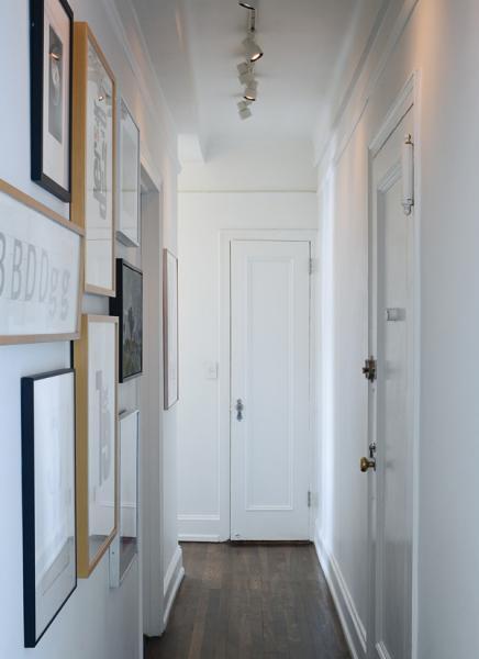Белый потолок с использование широкого карниза и миниатюрных светильников