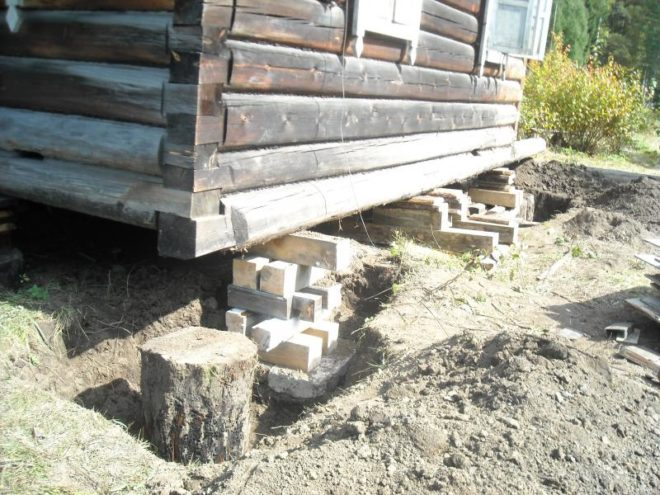 Поднятие дома для ремонта столбчатого фундамента