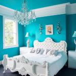 Бирюзовые стены и белый цвет кровати