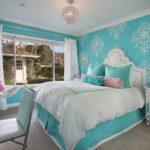 Бирюзово-белая спальня