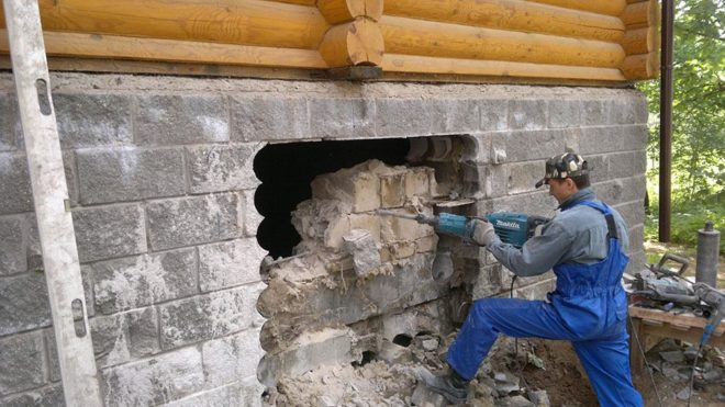 Процесс демонтажа старого фундамента