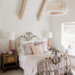 Спальня с балками на потолке