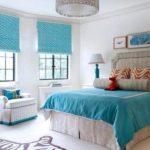 Тёплые штрихи в бирюзово-белой спальне